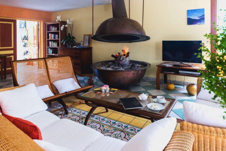 Salon avec cheminée dans le Tsilaosa Hotel