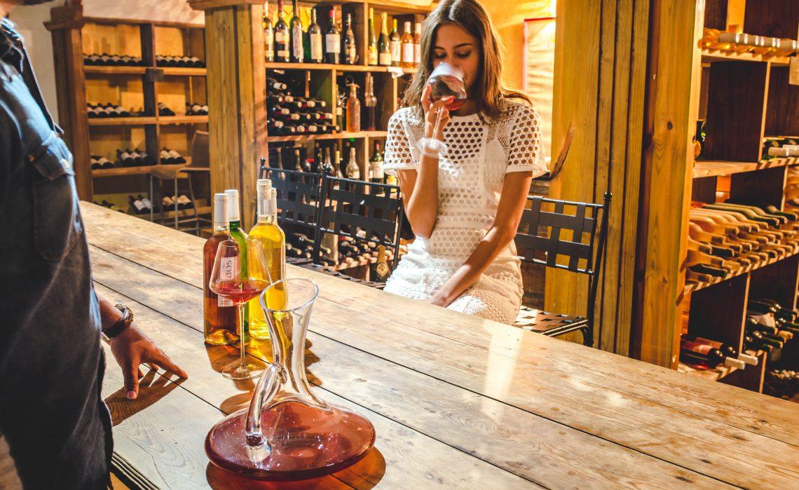 Eva fait une dégustation de vins à Cilaos