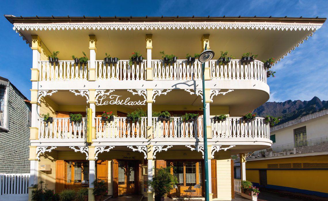 Grande facade de l'hotel Tsilaosa à Cilaos