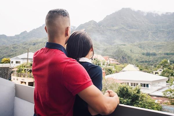 Couple qui regarde le Piton des Neiges